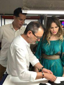 Vanesa Romero junto a Rubén Alfaro (al fondo), alcalde de ELda, visitando la fábrica de Hispanitas.
