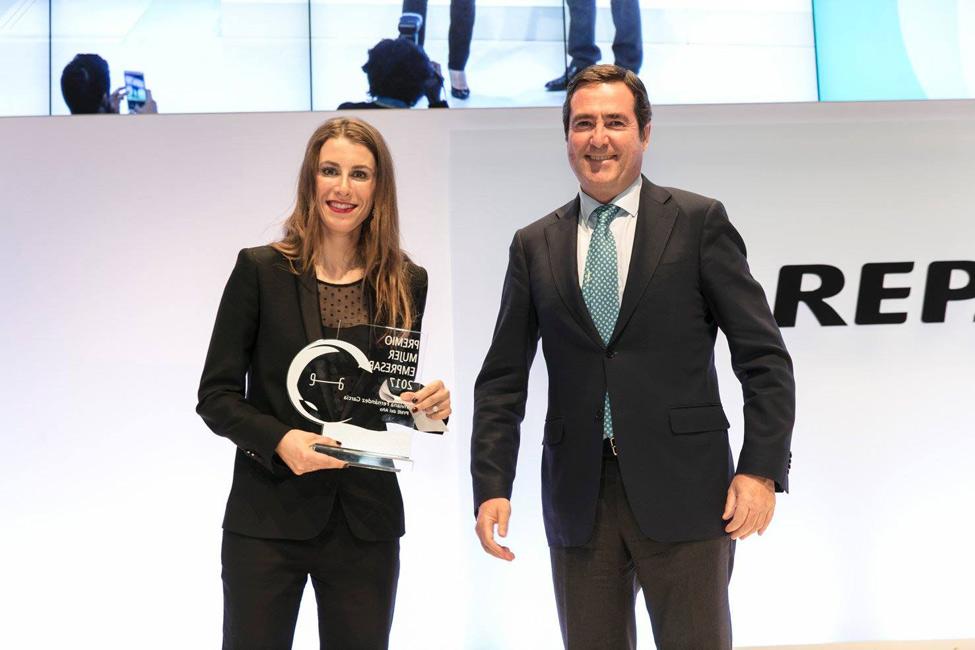 Viviana Fernández en la entrega del premio a Lolita Blu.