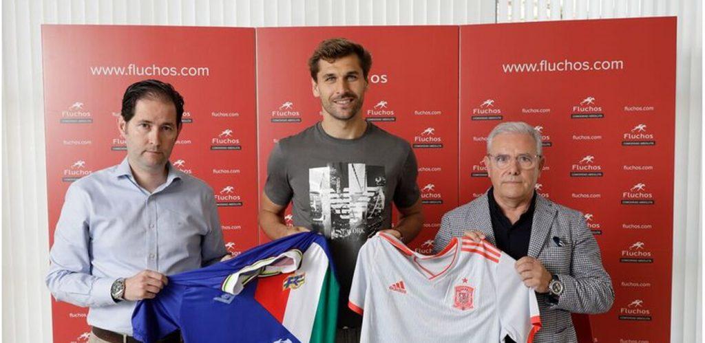 Responsables de la inciativa Huellas by Fluchos y el jugador de fútbol Fernando Llorente (centro).