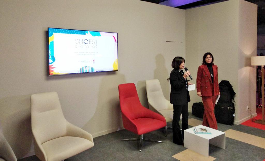 Presentación de los premios Innovación,  por Charo Izquierdo (izq) y Rocío Gámez (dch) directora de ShoesRoom by Momad y gerente comercial de ShoesRoom by Momad respectivamente.